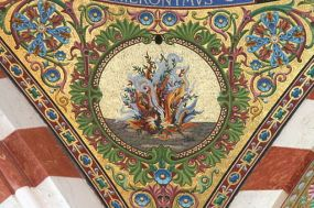 Buisson ardent en mosaïque de la coupole 1 de la nef de la basilique Notre-Dame de la Garde à Marseille By Robert Valette (Own work) [GFDL or CC BY-SA 4.0-3.0-2.5-2.0-1.0], via Wikimedia Commons